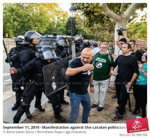 Купить «September 11, 2019 - Manifestation against the catalan politicians in fron of the Catalonia Parliament in Barcelona.», фото № 32169192, снято 11 сентября 2019 г. (c) age Fotostock / Фотобанк Лори