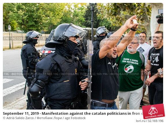 Купить «September 11, 2019 - Manifestation against the catalan politicians in fron of the Catalonia Parliament in Barcelona.», фото № 32169196, снято 11 сентября 2019 г. (c) age Fotostock / Фотобанк Лори
