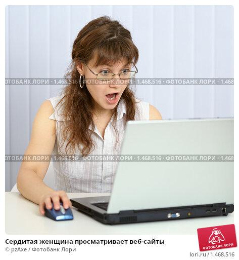 Смотрит на веб 5 фотография
