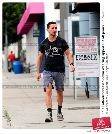 Купить «Shia LaBeouf dressed down wearing ripped cut off jeans, Chicken Shack t-shirt and socks with his sneakers as he goes on errands out and about in West Hollywood...», фото № 15265756, снято 22 мая 2014 г. (c) age Fotostock / Фотобанк Лори