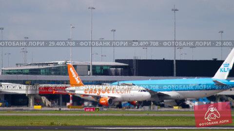 Купить «Shiphol airport at afternoon. Heat haze», видеоролик № 29400708, снято 25 июля 2017 г. (c) Игорь Жоров / Фотобанк Лори