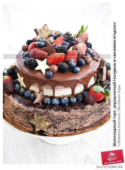 Украшение торта фруктами и печеньем