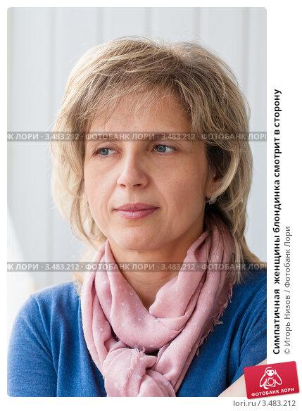 Симпатичная  женщины блондинка смотрит в сторону. Стоковое фото, фотограф Игорь Низов / Фотобанк Лори