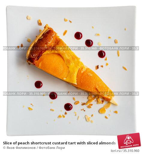 Slice of peach shortcrust custard tart with sliced almonds. Стоковое фото, фотограф Яков Филимонов / Фотобанк Лори