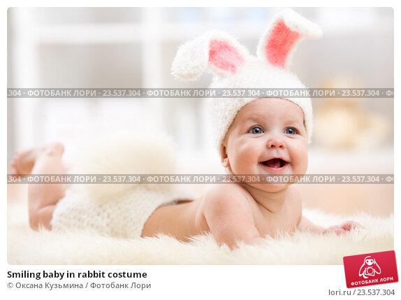Купить «Smiling baby in rabbit costume», фото № 23537304, снято 7 октября 2015 г. (c) Оксана Кузьмина / Фотобанк Лори