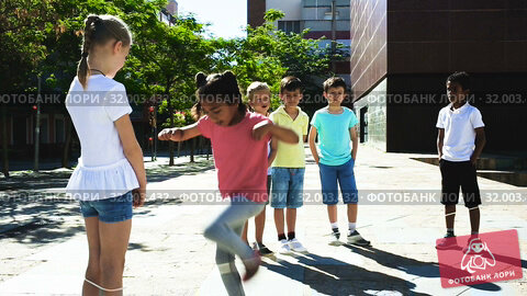 Купить «Smiling children playing rubber band jumping game and laughing outdoor», видеоролик № 32003432, снято 7 июня 2019 г. (c) Яков Филимонов / Фотобанк Лори