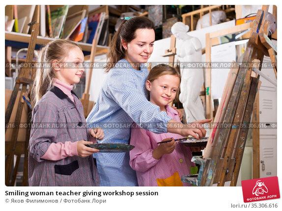 Smiling woman teacher giving workshop session. Стоковое фото, фотограф Яков Филимонов / Фотобанк Лори