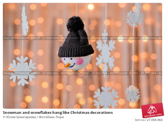 Купить «Snowman and snowflakes hang like Christmas decorations», фото № 27058964, снято 13 января 2017 г. (c) Юлия Шангареева / Фотобанк Лори