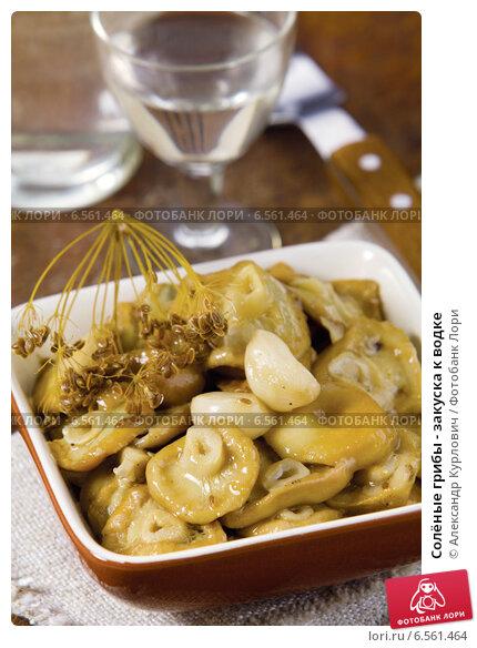 Купить «Солёные грибы - закуска к водке», эксклюзивное фото № 6561464, снято 16 ноября 2012 г. (c) Александр Курлович / Фотобанк Лори