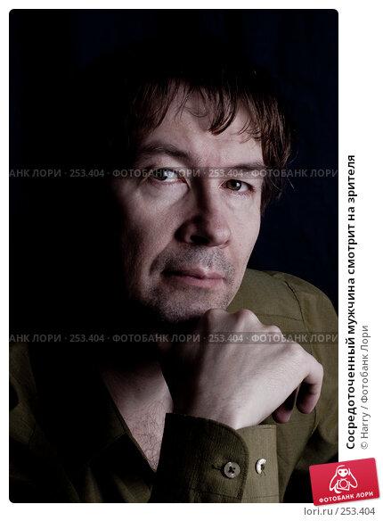 Сосредоточенный мужчина смотрит на зрителя, фото № 253404, снято 21 марта 2008 г. (c) Harry / Фотобанк Лори