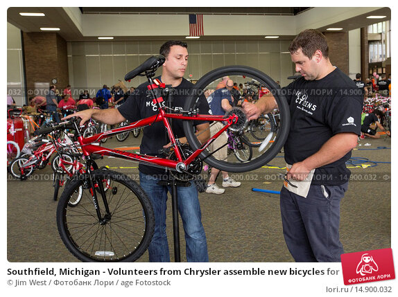Купить «Southfield, Michigan - Volunteers from Chrysler assemble new bicycles for children. The bicycles were distributed to children in foster care or otherwise...», фото № 14900032, снято 18 июня 2018 г. (c) age Fotostock / Фотобанк Лори