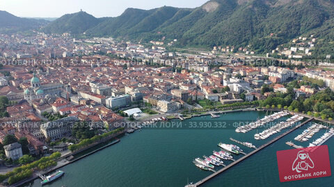 Spectacular view of Italian city of Como at foot of mountain on shore of Lake Como (2019 год). Стоковое видео, видеограф Яков Филимонов / Фотобанк Лори