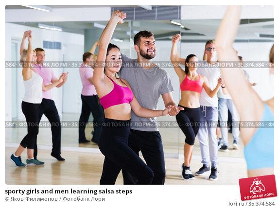 sporty girls and men learning salsa steps. Стоковое фото, фотограф Яков Филимонов / Фотобанк Лори