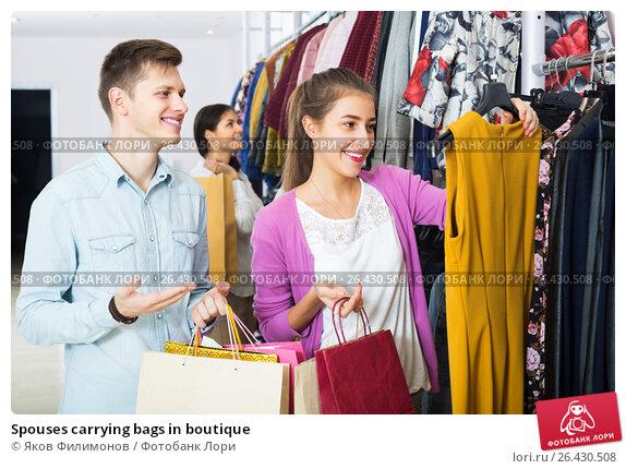 Купить «Spouses carrying bags in boutique», фото № 26430508, снято 26 апреля 2019 г. (c) Яков Филимонов / Фотобанк Лори