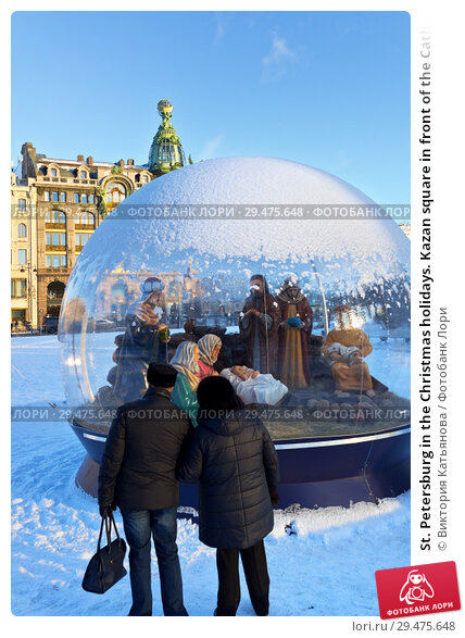 Купить «St. Petersburg in the Christmas holidays. Kazan square in front of the Сathedral. Tourists enjoy the Nativity composition in a glass ball», фото № 29475648, снято 8 января 2018 г. (c) Виктория Катьянова / Фотобанк Лори