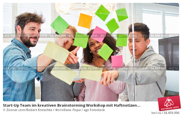Start-Up Team im kreativen Brainstorming Workshop mit Haftnotizen... Стоковое фото, фотограф Zoonar.com/Robert Kneschke / age Fotostock / Фотобанк Лори