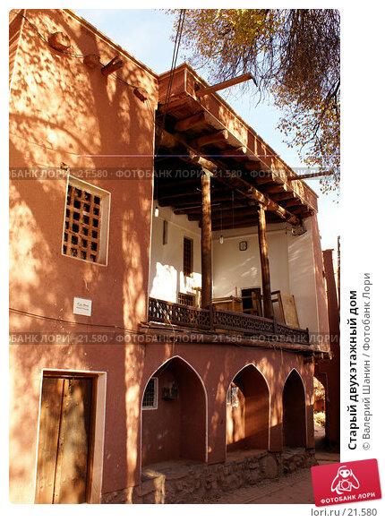 Старый двухэтажный дом, фото № 21580, снято 23 ноября 2006 г. (c) Валерий Шанин / Фотобанк Лори