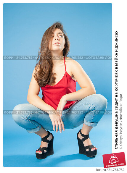 фото женщина сидит на корточках и всё видно