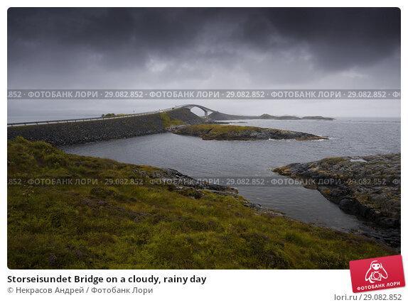 Купить «Storseisundet Bridge on a cloudy, rainy day», фото № 29082852, снято 10 августа 2018 г. (c) Некрасов Андрей / Фотобанк Лори