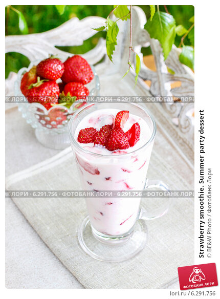 Купить «Strawberry smoothie. Summer party dessert», фото № 6291756, снято 21 мая 2020 г. (c) BE&W Photo / Фотобанк Лори