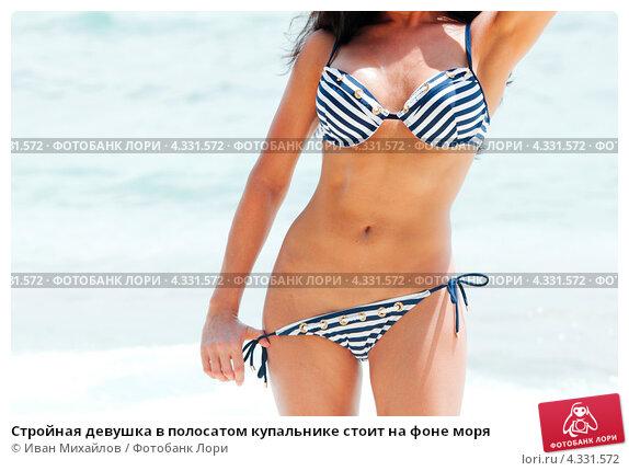 Фото девушки в купальниках стоят раком
