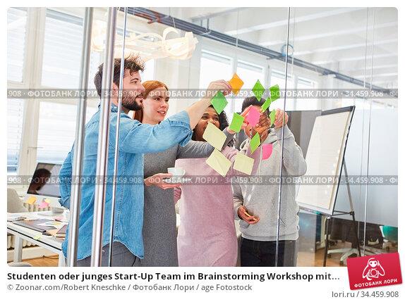 Studenten oder junges Start-Up Team im Brainstorming Workshop mit... Стоковое фото, фотограф Zoonar.com/Robert Kneschke / age Fotostock / Фотобанк Лори