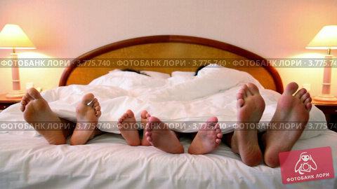 Купить «Ступни родителей и двух детей выглядывают из-под одеяла на кровати», видеоролик № 3775740, снято 11 марта 2012 г. (c) Losevsky Pavel / Фотобанк Лори