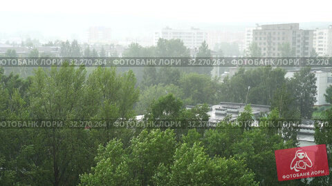 Купить «Summer heavy rain in city. Top view on green trees and roofs of houses. 4K video», видеоролик № 32270264, снято 15 октября 2019 г. (c) Dmitry Domashenko / Фотобанк Лори