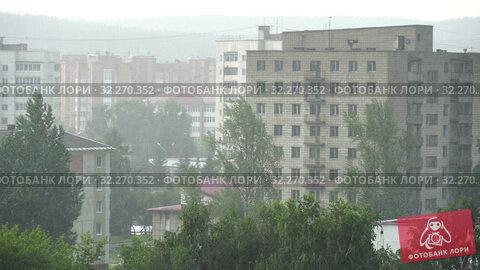 Купить «Summer heavy rain in city. Top view on green trees and roofs of houses. 4K video», видеоролик № 32270352, снято 17 октября 2019 г. (c) Dmitry Domashenko / Фотобанк Лори