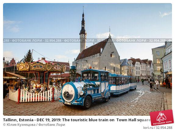 Tallinn, Estonia - DEC 19, 2019: The touristic blue train on  Town Hall square. Редакционное фото, фотограф Юлия Кузнецова / Фотобанк Лори