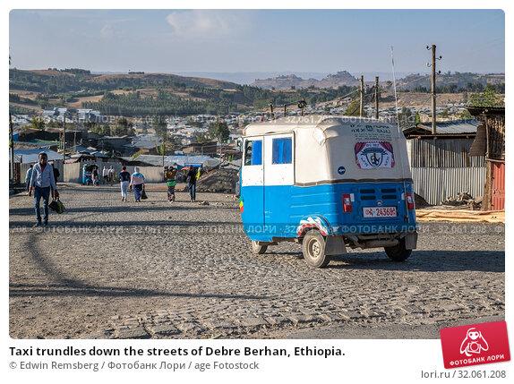 Taxi trundles down the streets of Debre Berhan, Ethiopia. (2019 год). Редакционное фото, фотограф Edwin Remsberg / age Fotostock / Фотобанк Лори