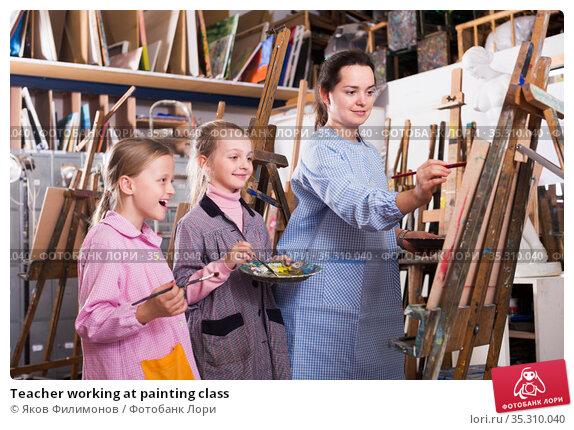 Teacher working at painting class. Стоковое фото, фотограф Яков Филимонов / Фотобанк Лори