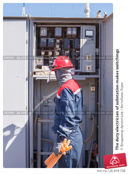 Купить «The duty electrician of substation makes switchings», фото № 26419728, снято 27 апреля 2017 г. (c) Владимир Арсентьев / Фотобанк Лори