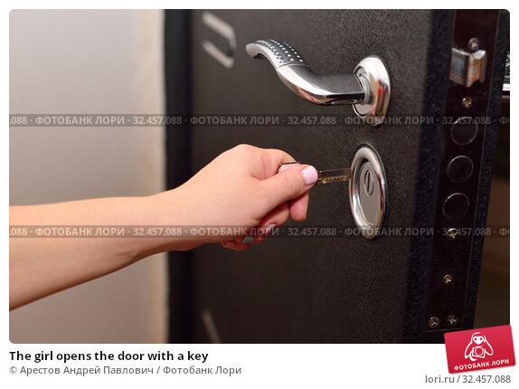 The girl opens the door with a key. Стоковое фото, фотограф Арестов Андрей Павлович / Фотобанк Лори