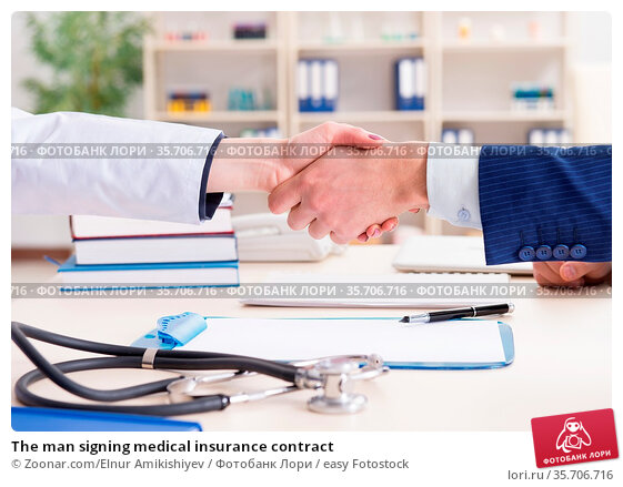 The man signing medical insurance contract. Стоковое фото, фотограф Zoonar.com/Elnur Amikishiyev / easy Fotostock / Фотобанк Лори