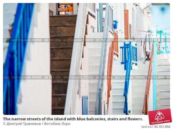 Купить «The narrow streets of the island with blue balconies, stairs and flowers.», фото № 30761856, снято 21 августа 2016 г. (c) Дмитрий Травников / Фотобанк Лори