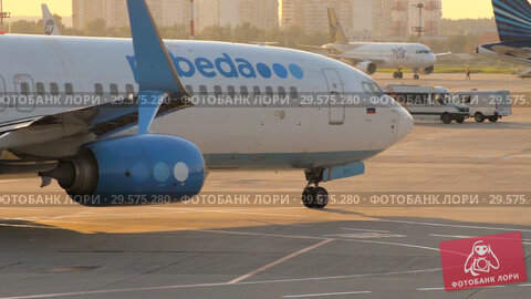 The plane performs taxiing at the airport taxiway (2018 год). Редакционное видео, видеограф Андрей Радченко / Фотобанк Лори