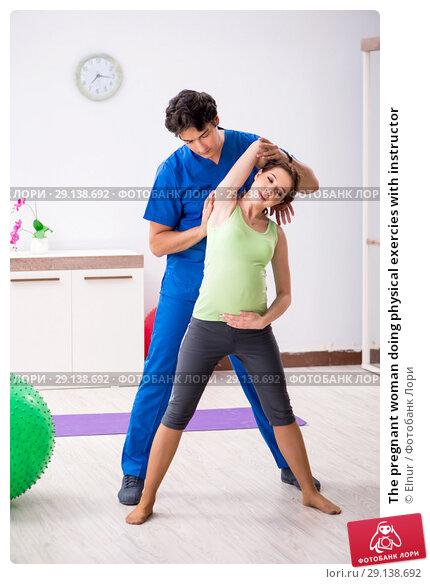 Купить «The pregnant woman doing physical exercies with instructor», фото № 29138692, снято 10 июля 2018 г. (c) Elnur / Фотобанк Лори