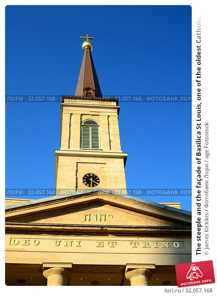 The steeple and the façade of Basilica St Louis, one of the oldest Catholic Churches in the United States. Стоковое фото, фотограф James Kirkikis / age Fotostock / Фотобанк Лори