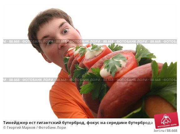 Тинейджер ест гигантский бутерброд, фокус на середине бутерброда, фото № 88668, снято 9 сентября 2007 г. (c) Георгий Марков / Фотобанк Лори