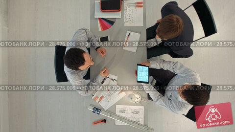 Купить «Top view of Builder with blueprint shaking partner hand», видеоролик № 28575096, снято 28 ноября 2015 г. (c) Vasily Alexandrovich Gronskiy / Фотобанк Лори