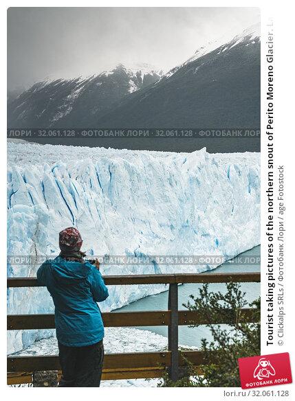 Tourist taking pictures of the northern snout of Perito Moreno Glacier. Lago Argentino department, Santa Cruz province, Argentina. Стоковое фото, фотограф Clickalps SRLs / age Fotostock / Фотобанк Лори