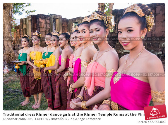 Traditional dress Khmer dance girls at the Khmer Temple Ruins at the Phimai Festival in Phimai in the Provinz Nakhon Ratchasima in Isan in Thailand. Thailand, Phimai, November, 2017. Стоковое фото, фотограф Zoonar.com/URS FLUEELER / age Fotostock / Фотобанк Лори