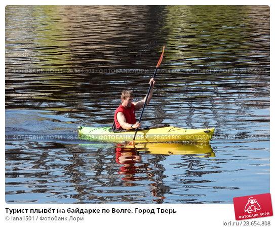 Купить «Турист плывёт на байдарке по Волге. Город Тверь», эксклюзивное фото № 28654808, снято 1 мая 2016 г. (c) lana1501 / Фотобанк Лори
