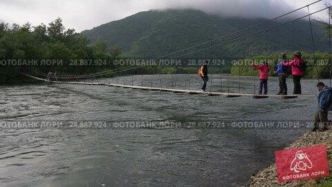Купить «Туристы переправляются через горную реку по подвесному мосту. Time lapse», видеоролик № 28887924, снято 4 августа 2018 г. (c) А. А. Пирагис / Фотобанк Лори