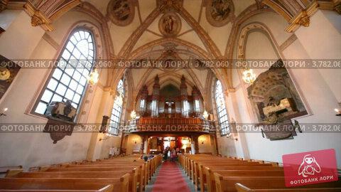 Купить «Туристы в церкви, Стокгольм», видеоролик № 3782060, снято 30 июня 2012 г. (c) Losevsky Pavel / Фотобанк Лори