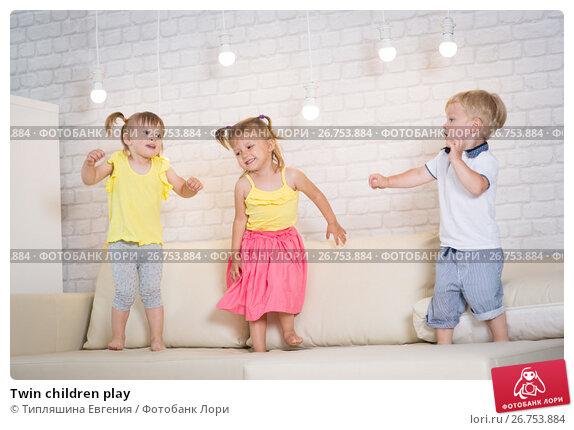 Twin children play, фото № 26753884, снято 24 июня 2017 г. (c) Типляшина Евгения / Фотобанк Лори