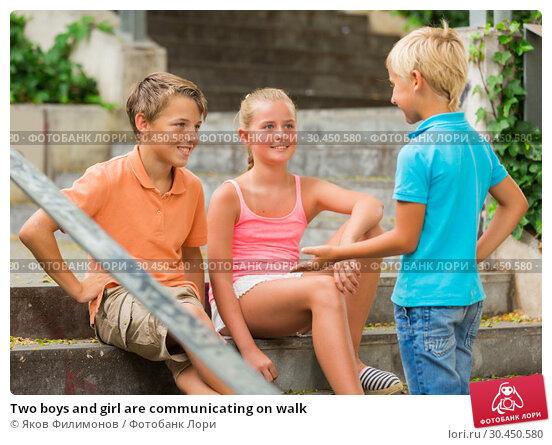 Two boys and girl are communicating on walk. Стоковое фото, фотограф Яков Филимонов / Фотобанк Лори