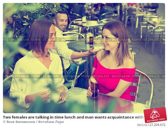 Купить «Two females are talking in time lunch and man wants acquaintance with them», фото № 27204672, снято 18 октября 2017 г. (c) Яков Филимонов / Фотобанк Лори