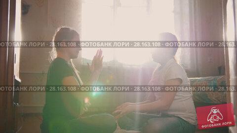 Купить «Two girls teenagers laughing and playing at home», видеоролик № 28163108, снято 20 марта 2018 г. (c) Константин Шишкин / Фотобанк Лори